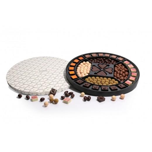 by PR Cocoture stor rund æske med chokoladestykker og lakrids-311